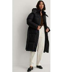 na-kd trend lång vadderad jacka med bälte - black