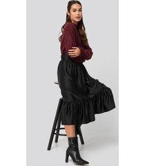 na-kd trend belted satin skirt - black