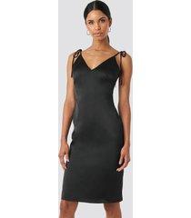 anna nooshin x na-kd v-neck tied straps dress - black
