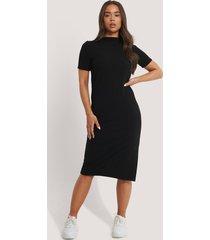 na-kd reborn recycled rak basic klänning med sidoslits - black