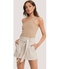 na-kd trend pu-shorts med bälte - offwhite