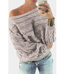 suéter gris con hombros descubiertos y manga dolman