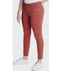jeans pitillo con bordado en costados curvi