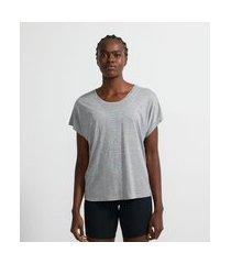 camiseta esportiva em viscose com manga curta sem cava e estampa escrita strng   get over   cinza médio   p