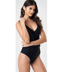 andrea hedenstedt x na-kd v-neck frill swimsuit - black
