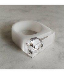 biały pierścionek z żywicy z cyrkonią