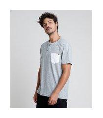 camiseta masculina com bolso manga curta gola portuguesa cinza mescla