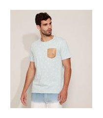 camiseta masculina estampada com bolso de suede manga curta gola careca azul claro