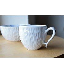 filiżanka ceramiczna rzeźbiona biała