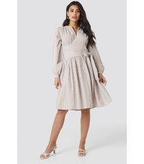 na-kd trend cup detail tie waist dress - beige