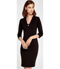 sukienka z dekoltem v czarny