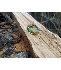 pierścionek z żywicy złoty mech