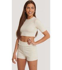na-kd basic basic ribbade shorts med hög midja - beige