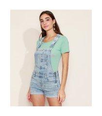 jardineira jeans feminina reta marmorizada com barra dobrada azul claro