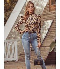 blusa de mangas abullonadas de cuello alto con estampado de leopardo marrón