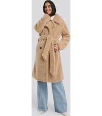na-kd belted long teddy coat - beige