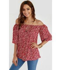 blusa de media manga con hombros descubiertos y estampado calico en rojo