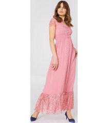debiflue x na-kd buttoned maxi lace dress - pink