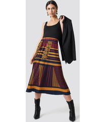 na-kd trend criss-cross stripes pleated skirt - multicolor