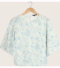 blusa manga 3/4 con vuelo  escote redondo en encaje-m