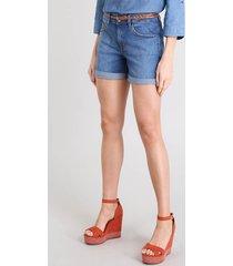 short jeans feminino midi com cinto trançado azul médio