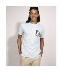 camiseta com bolso estampado de folhagem manga curta gola careca branca
