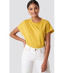 na-kd basic round neck cap sleeve t-shirt - yellow
