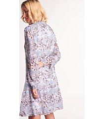 szara sukienka szyfonowa we wzory