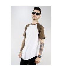 camiseta meio swag oversized raglan marrom/branco