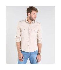camisa masculina comfort com bolsos e martingale manga longa bege claro