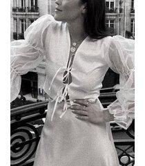 blusa de malla con mangas abullonadas v cuello con cordones profundos
