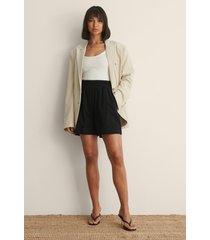 claire rose x na-kd shorts med elastisk midja - black