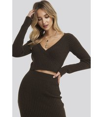 adorable caro x na-kd overlap rib knitted sweater - brown