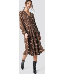 na-kd boho wrapped dot midi dress - brown