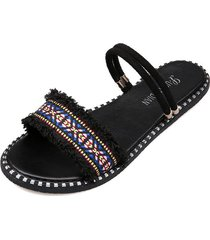 un zapato y dos nuevas sandalias planas de verano con boca de pez