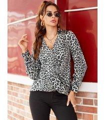 blusa gris con cuello de pico de leopardo con diseño cruzado
