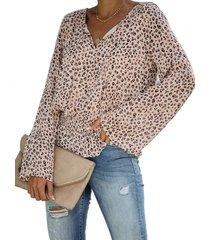blusa con mangas acampanadas con cuello en v y leopardo con ribete beige