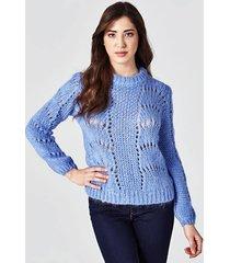 sweter z haftowanym detalem