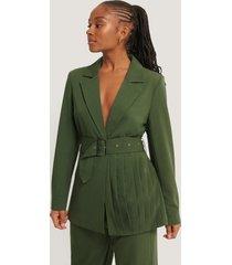 romy x na-kd blazer med bälte och veckdetaljer - green