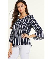 blusa de mangas acampanadas con cuello en v y rayas azul marino