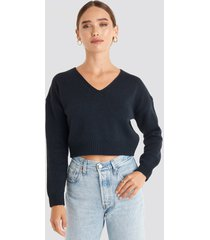 na-kd cropped v-neck knitted sweater - blue