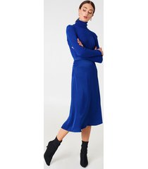 na-kd trend satin midi skirt - blue