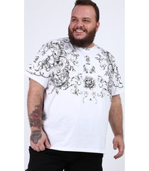 camiseta masculina plus size com arabescos e tigre manga curta gola careca branca