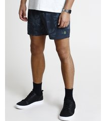 short masculino estampado de coqueiros com bolso verde escuro