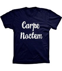 camiseta lu geek manga curta carpe noctem azul marinho