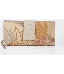 billetera porta chequera de cuero para mujer estampado botánico y grabado croco
