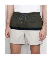 short de sarja masculino com recorte e bolsos verde militar