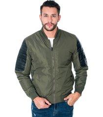 chaqueta para hombre verde con cremallera y bolsillos laterales con botón apliques en manga de polipiel