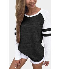 camiseta con estampado de rayas negras y diseño redondo cuello con mangas raglán