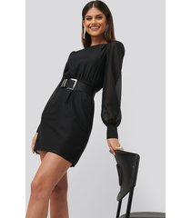chloé b x na-kd belted puff sleeve dress - black